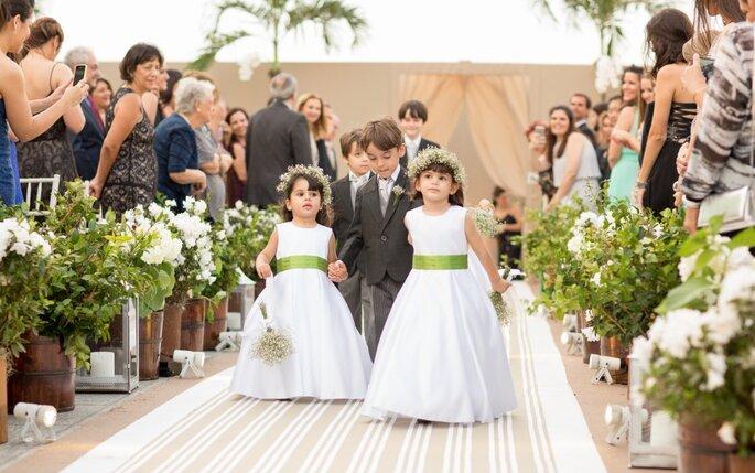 Entrada pajens e daminhas de honra em casamento ao ar livre