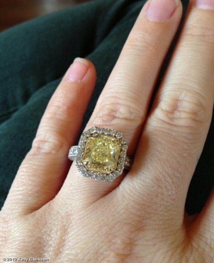 Anillo de compromiso con un diamanete en color amarillo de Kelly Clarkson