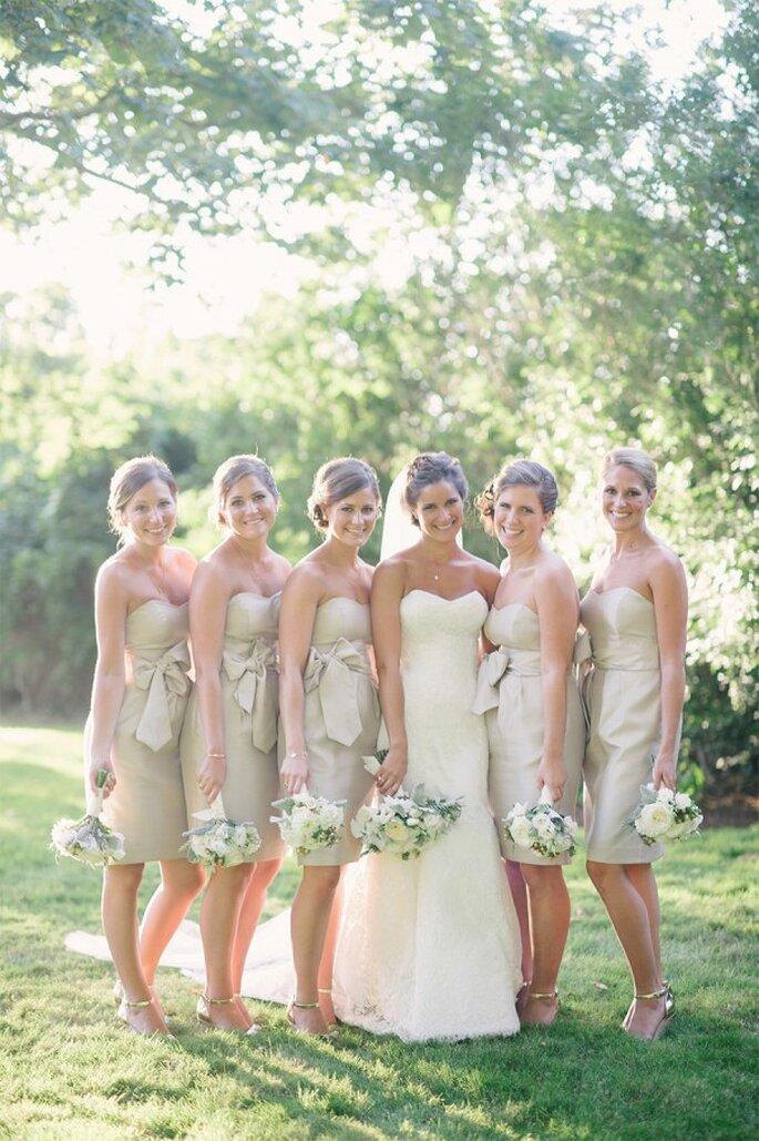 Vestidos de fiesta en colores neutros para tus damas de boda - Foto Jenny Moloney Photography