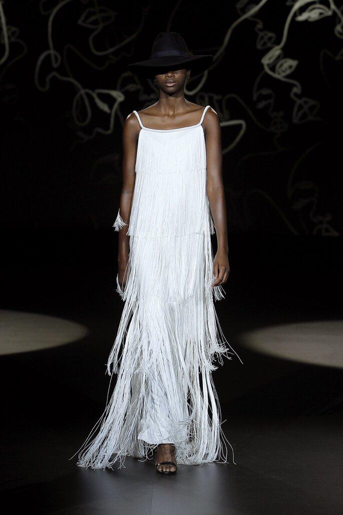 Vestido de novia vintage con corte recto y capas de flecos de pedrería, tirantes y cuello cuadrado