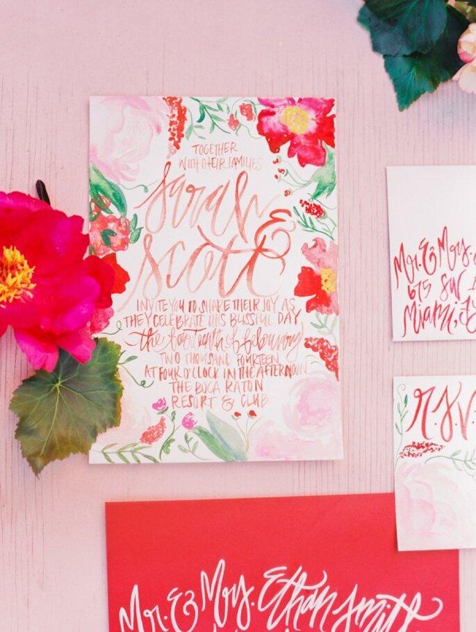Rosa y otros colores vistosos en las invitaciones de boda - Foto Michelle March