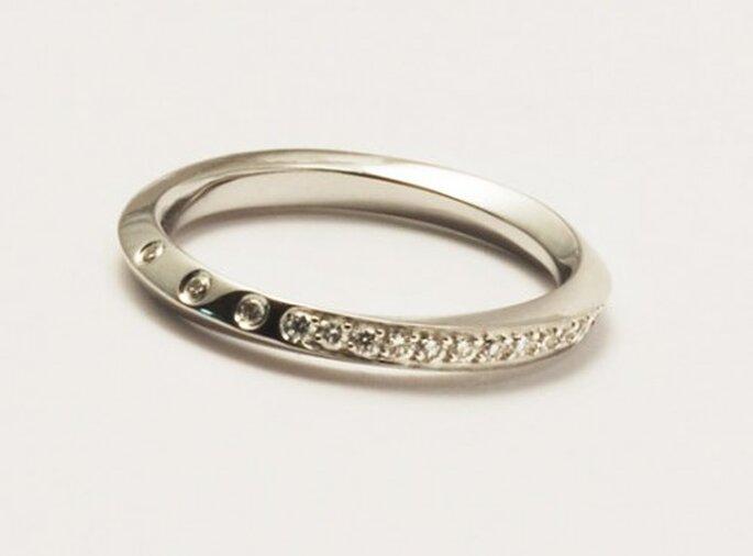Avec sa large gamme de bagues, Etsy va faire craquer nombre de futures mariées. - Source : theili & http://www.etsy.com/listing/83159931/streamline-18-k-wedding-ring