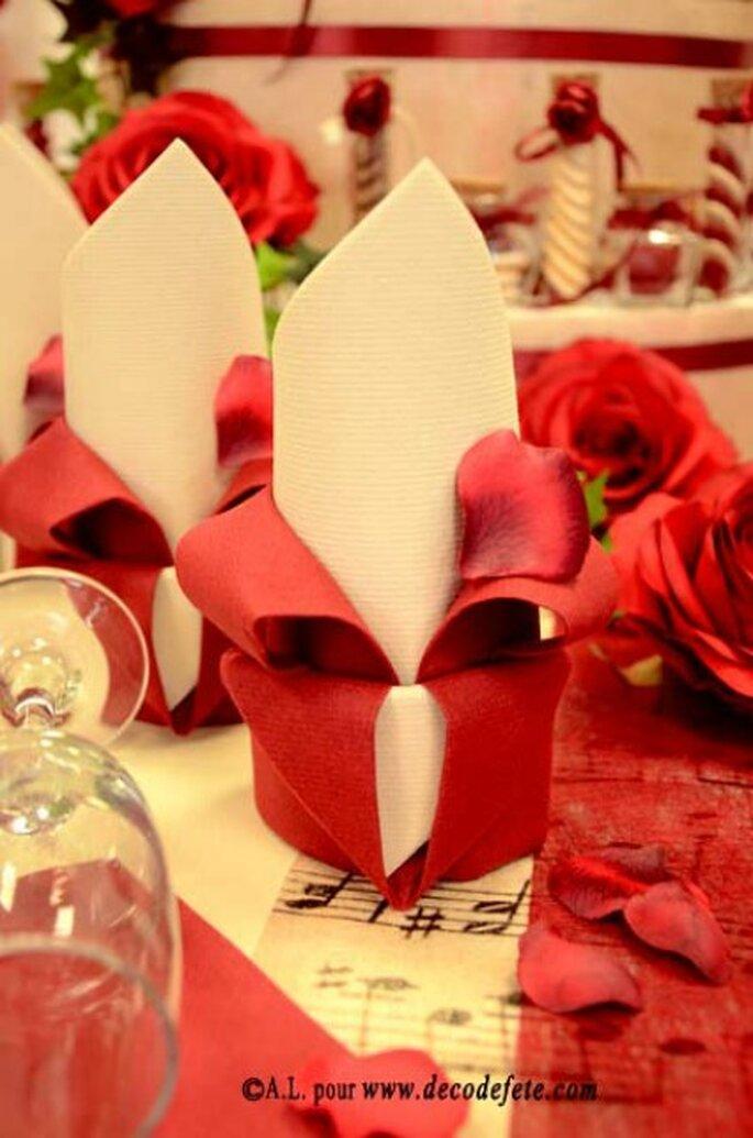 Travaillez le pliage de vos serviettes et épatez vos invités !- Photo : decodefete.com