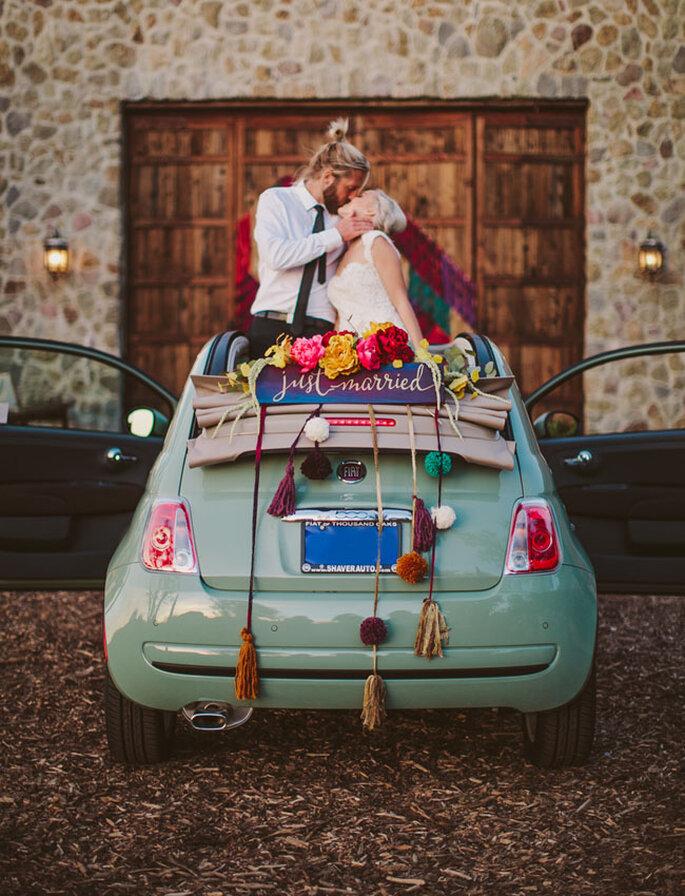 Pareja sobre carro pequeño decorado alternativo para la boda