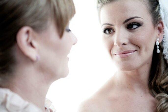 La novia, Maite, mira con emoción a su madre- Foto: Valentín Gámiz