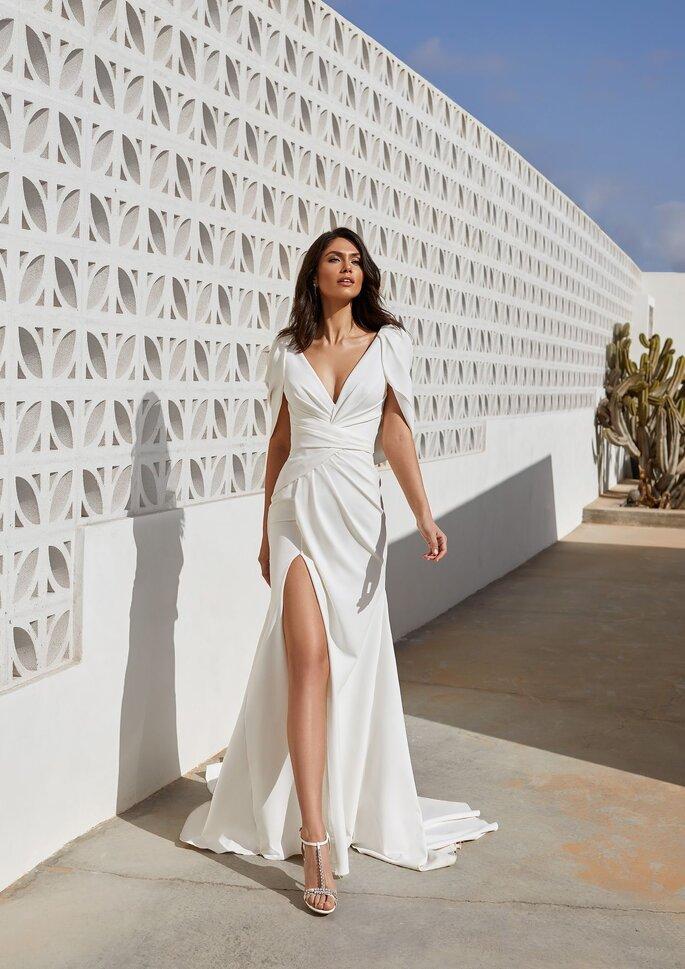 Pronovias Premiere 2021 Vestido de novia sirena con escote de pico en crepe
