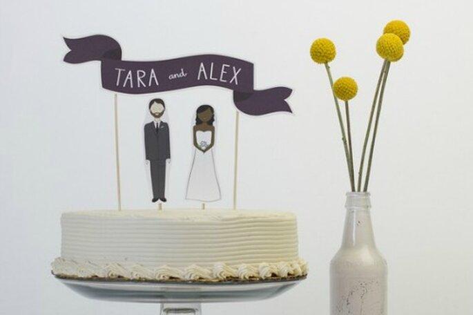 Unos 'cake toppers' personalizados dan un toque de diseño al pastel de boda. Foto:Travis Neely Photography
