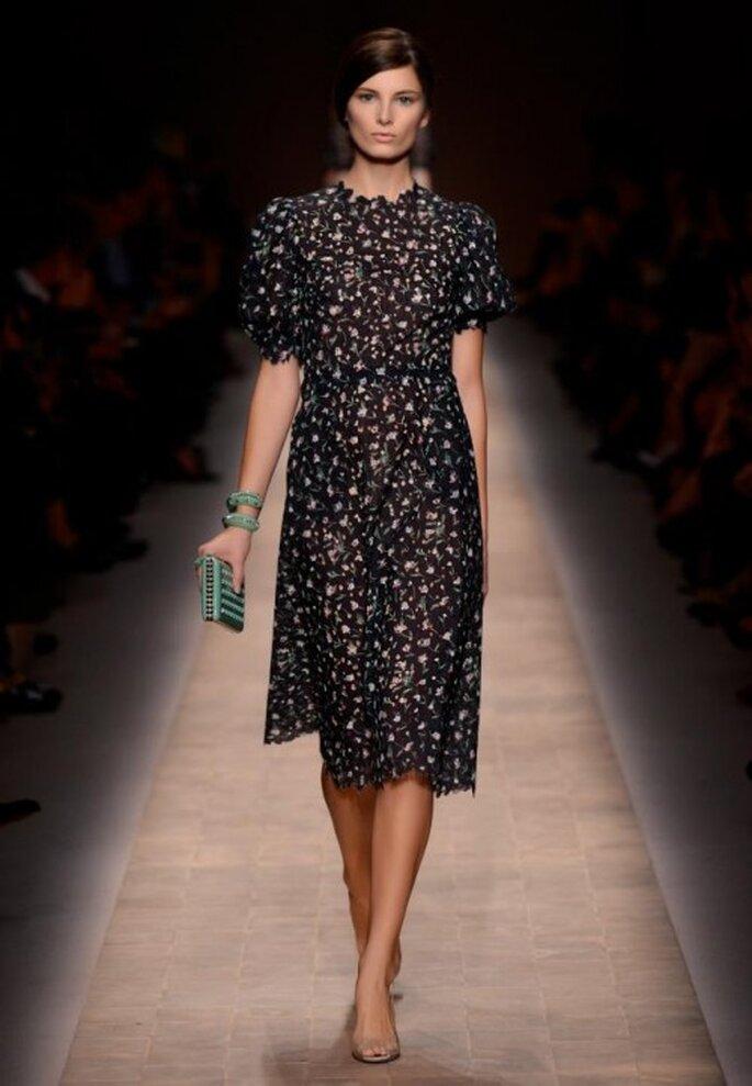 Vestido de fiesta en color negro con mangas cortas y estampados de flores - Foto Valentino