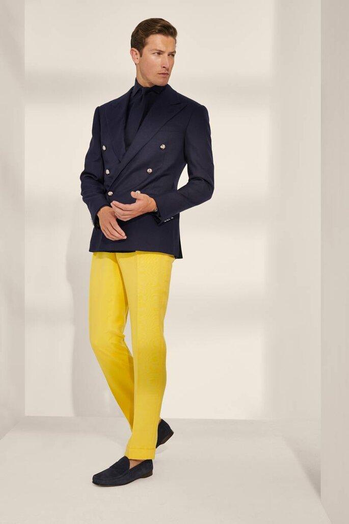 Traje de novio blazer cruzado marino y pantalón amarillo