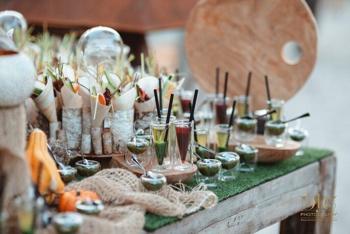 buffets de mets dressé avec des spécialités aux petits légumes et des cocktails healthy