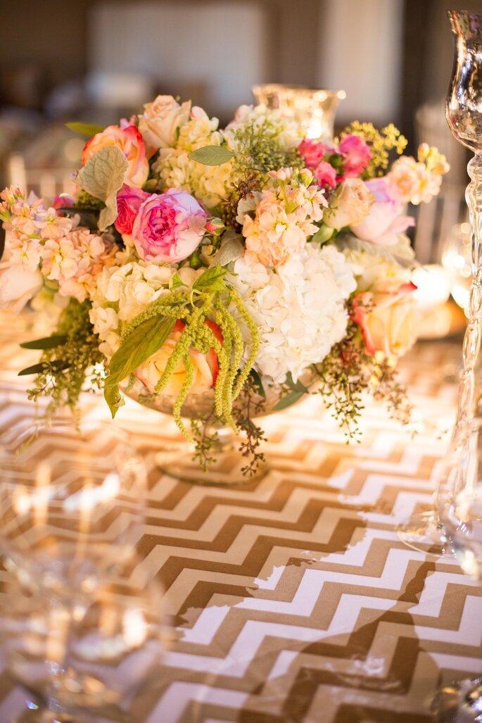 Chevron, dorado y pink en una boda moderna cerca de las nubes. Foto: Hannah Persson Photography