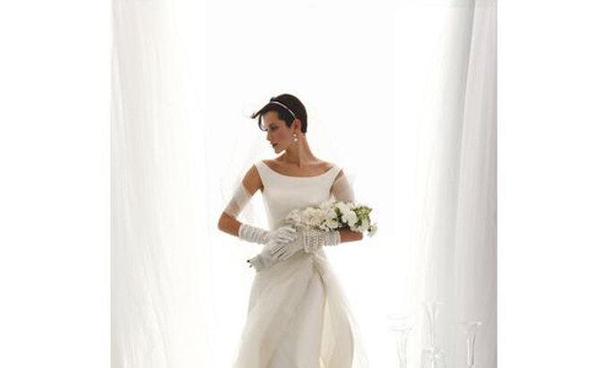 Da Le Spose di Giò, un bouquet con composizione classica di fiori candidi, sdrammatizzato da una forma allungata. Da adagiare sulle braccia per un effetto romantico. Foto: DonnaModerna.com