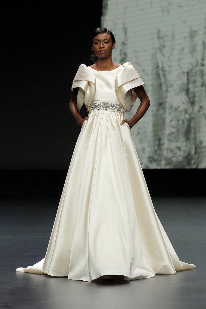 Vestido de novia corte imperio color champagne con cinturón de pedrería y mangas cortas grandes