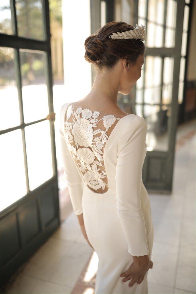 Vestido de novia estilo vintage con manga larga, homrbos definidos y detallado bordado de flores en la espalda