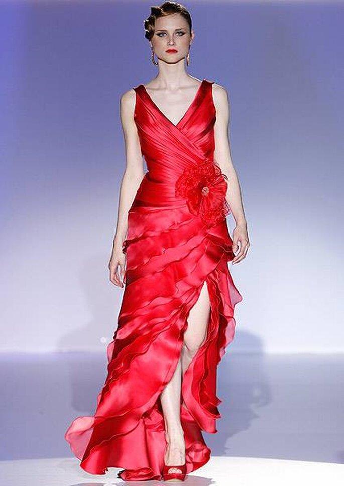 Vestido de fiesta rojo con abertura en la falda y escote en V de Patricia Avendaño