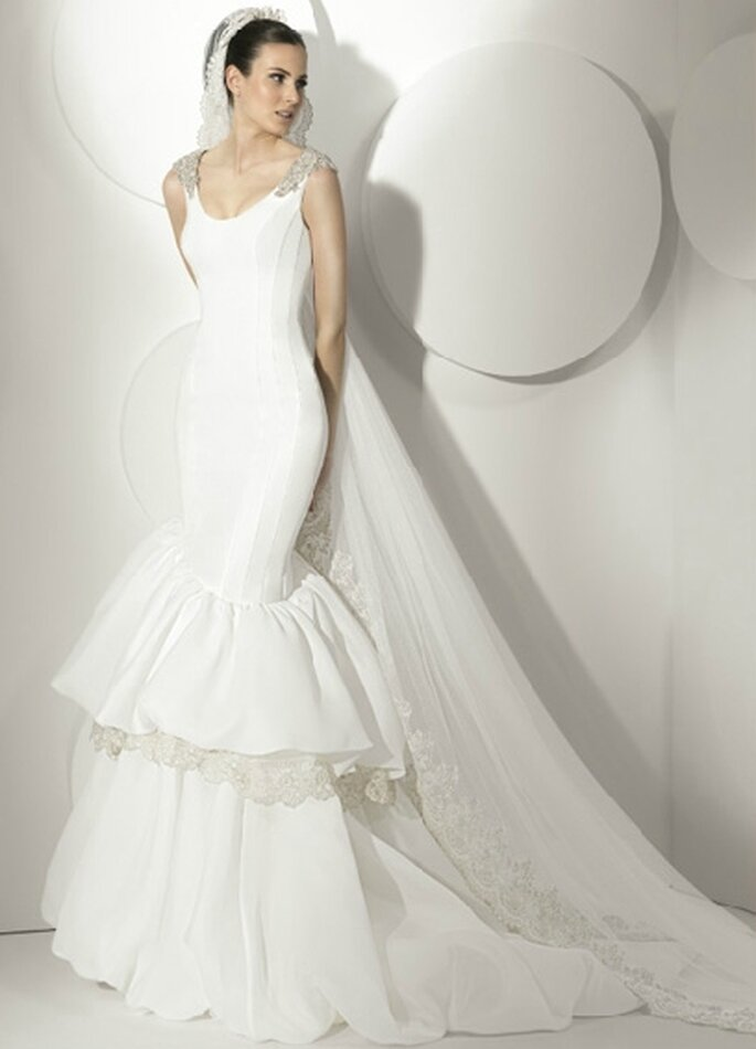 Vestido de novia corte sirena ceñido al cuerpo, escote en V con aplicaciones de cristal en los hombros. By Franc Sarabia