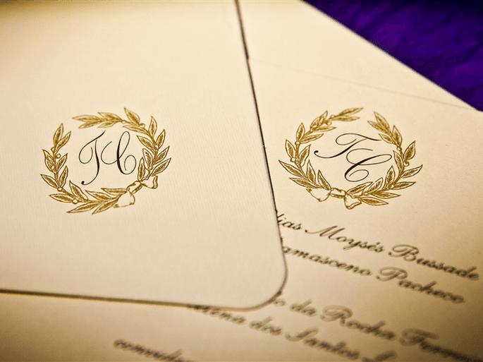 lindo convite de casamento em branco e dourado