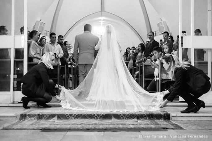 Cerimonialistas da Planus Eventos garantindo a beleza da noiva na entrada da igreja