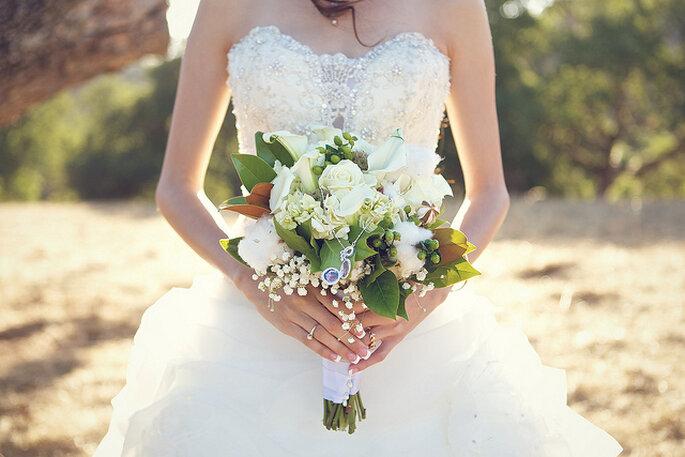 Ramo de novia con flores blancas y follaje para un estilo clásico. Foto: B&E Photographs