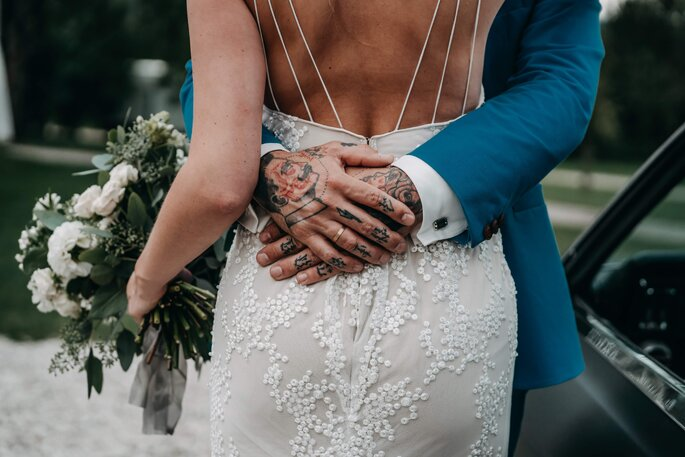 Brautpaar sich umarmendend