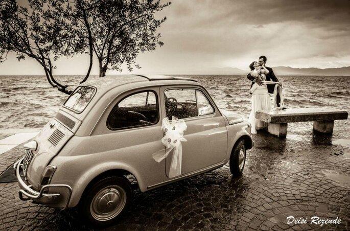 noivos fazem ensaio com carro antigo perto do mar