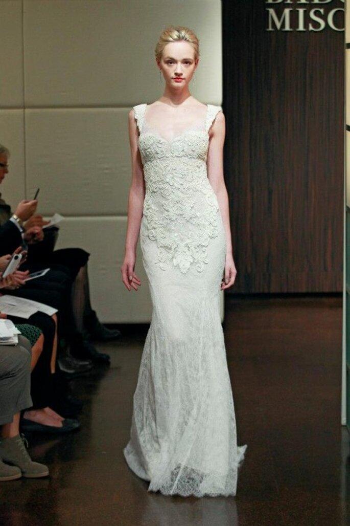 Vestido de novia otoño 2013 con silueta simple y detalles en relieve en el corpiño - Foto Badgley Mischka