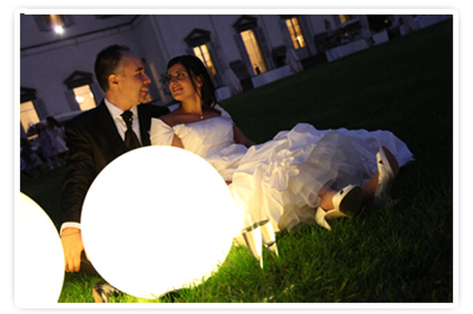 Gli sposi nel parco della Villa al chiaro di luna. Foto New Image Officina d'Immagine