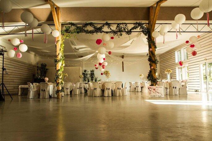 """Salle de réception """"Le Manège"""" du Domaine la Combe d'Été décoré pour un mariage"""
