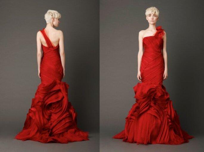 Vestido de novia en color rojo quemado con diseño abstracto - Foto: Vera Wang blog