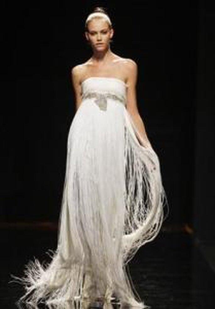 Rosa Clará 2010 - Vestido largo en flecos, corte imperio, cinturón en el busto en pedrería