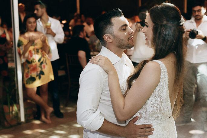 noivos dançando na festa de casamento
