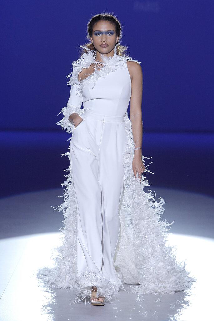 Vestido de novia con pantalón y decorado con plumeti