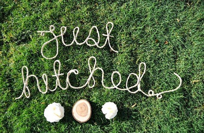 Mensajes para los invitados en medio del pasto en una boda de campo. Foto de Wednesday