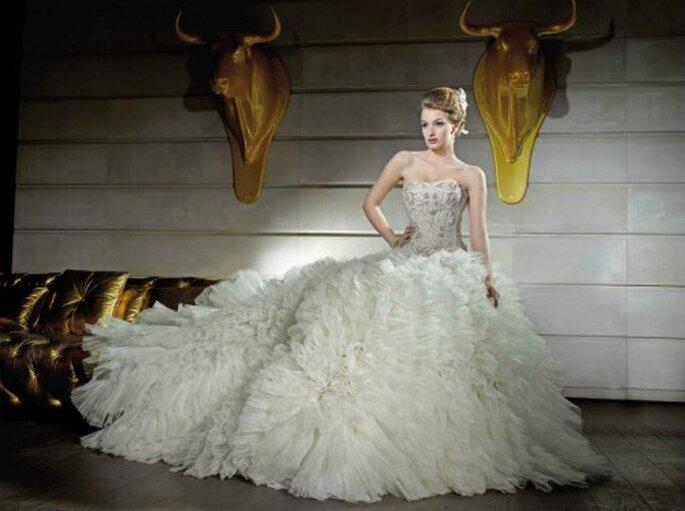 Metri e metri di tulle e organza per questa gonna da fiaba. Corpetto elegante in pizzo e cristalli. 100% Hollywood style questo abito Kelly Star!