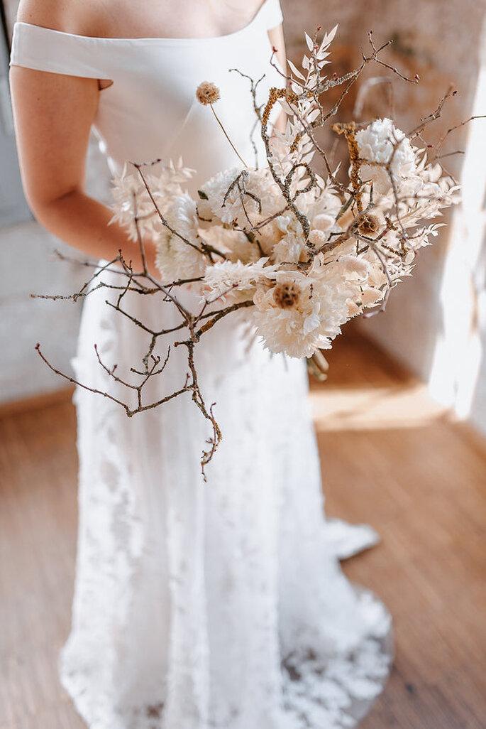 Braut mit Brautstrauß in Weiß