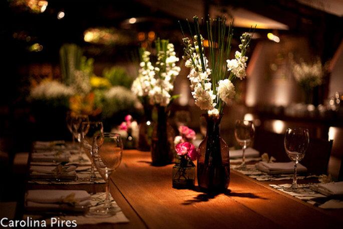Braune Tischdekoration wird aufgepeppt mit anderen hellen Farben, wie z.B. Blumen, Kerzen oder Dekoartikeln. Foto: Carolina Pires