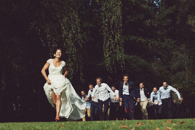 David Coppieters - Photographe de mariage - Lille - les amis de la mariée lui courent après dans un champs