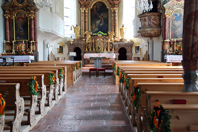 Edle Hochzeitsdeko für die kirchliche Trauung. Foto: stela-dekoration.de