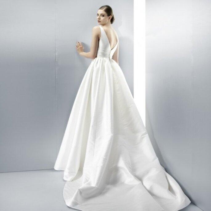 Vestido de novia 2013 con escote en la espalda, corte princesa y cauda larga - Foto Jesús Peiró