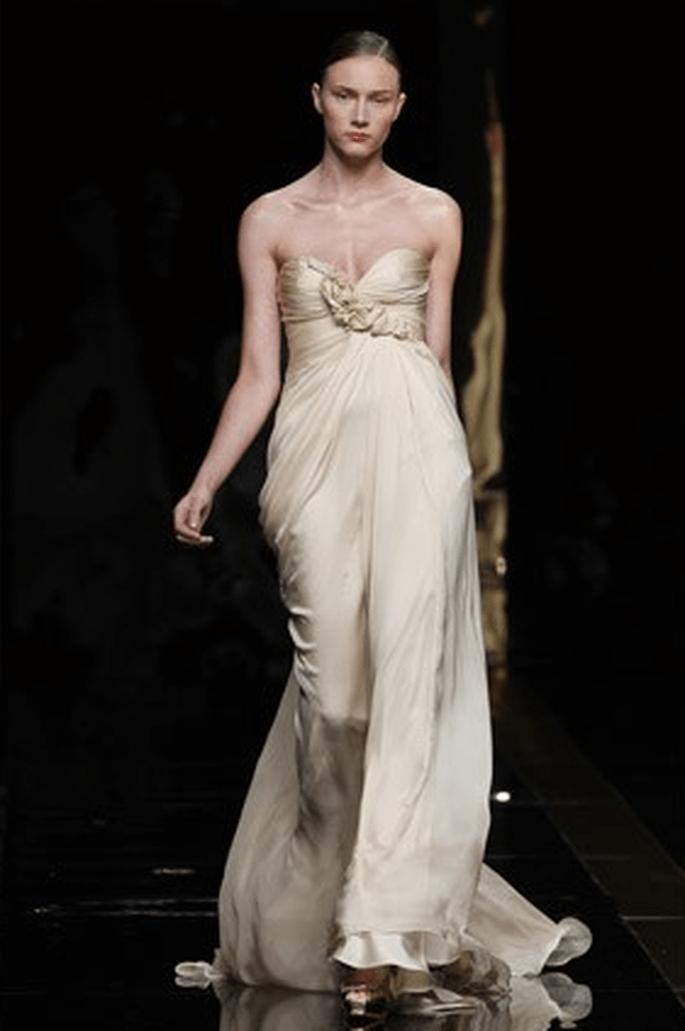 Vestido de novia de color champán y falda imperio - Fotografía: Rosa Clará
