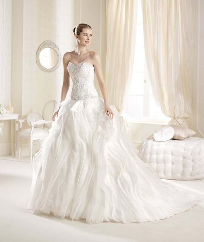 Vestido de novia 2014 con escote strapless, falda voluminosa y cauda larga - Foto La Sposa