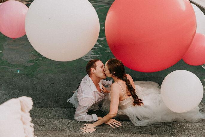Elopement Fun Wedding Shooting Setting Pool Brautpaar im Pool sich kuessend