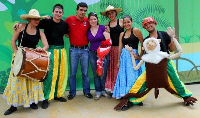 La pareja con los actores y el personal del zoológico que participó en la petición de mano