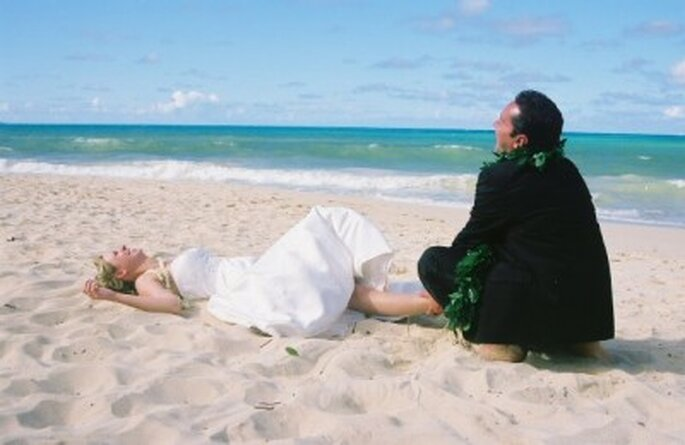 Pocos días antes de la boda hay que dejar las preocupaciones a un lado. Foto vía Aloha Island Weddings