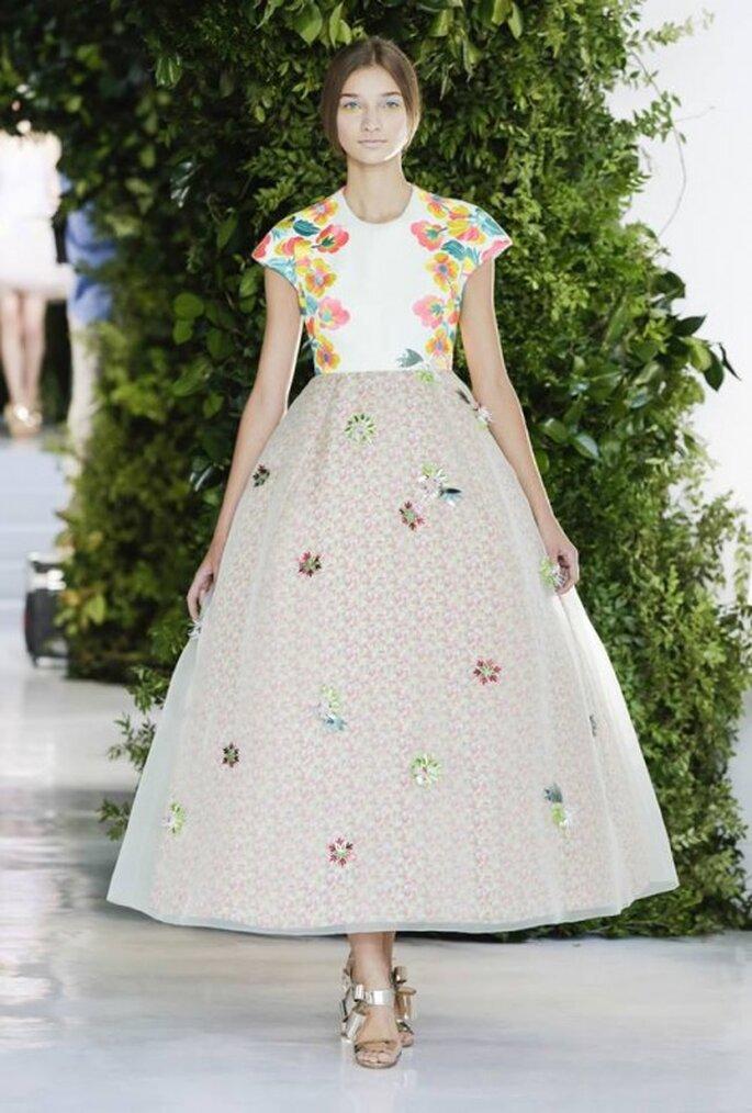 Vestido de novia con aplicaciones de flores en colores vivos - Foto Delpozo