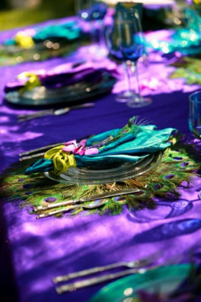 Table décorée aux couleurs de la plume de paon - Via Projectwedding.com