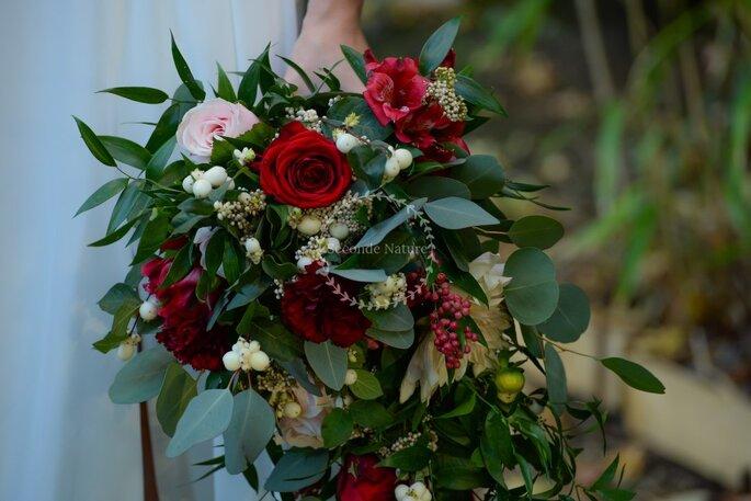 Bouquet de mariée retombant sur mesure composé de végétaux et de roses rouges