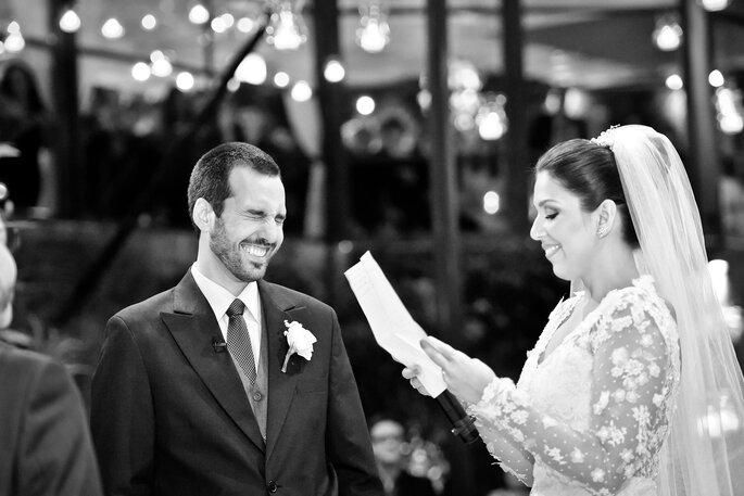 noiva lê votos de casamento para noivo
