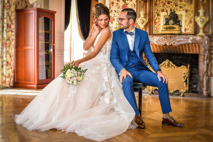 Domaine de Beauvois - un couple tout juste marié qui pose dans une superbe salle du Château de Beauvois
