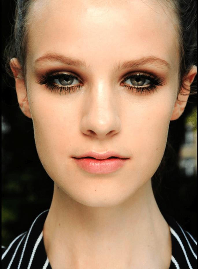 Elige un smokey eye intenso y dramático para tu maquillaje de novia - Foto Versace